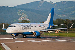 Embraer 170 der People's Viennaline
