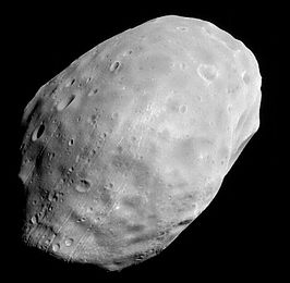 Phobos, gefotografeerd door de Mars Global Surveyor op 1 juni 2003 (NASA)