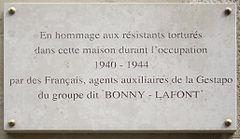 240px-Plaque_Gestapo_fran%C3%A7aise%2C_93_rue_Lauriston%2C_Paris_16 dans Folie