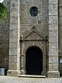 Ploulec'h - Église Saint-Dogmaël, porte.JPG