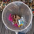 Poubelle sur le pont des Arts, Paris 2014.jpg
