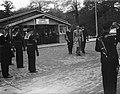 Prins Bernhard in bespreking met gezelschap, Bestanddeelnr 902-7414.jpg
