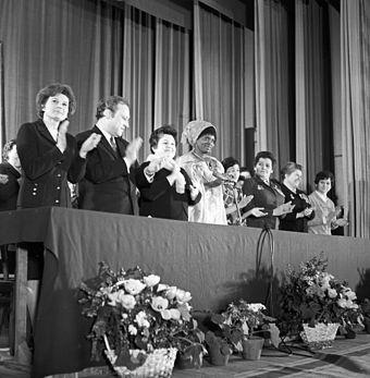 A cosmonauta Valentina Tereshkova, 1ª mulher a ir ao espaço, (esq.) durante a celebração do Dia Internacional da Mulher (8 de Março de 1972) na Universidade Patrice Lumumba.