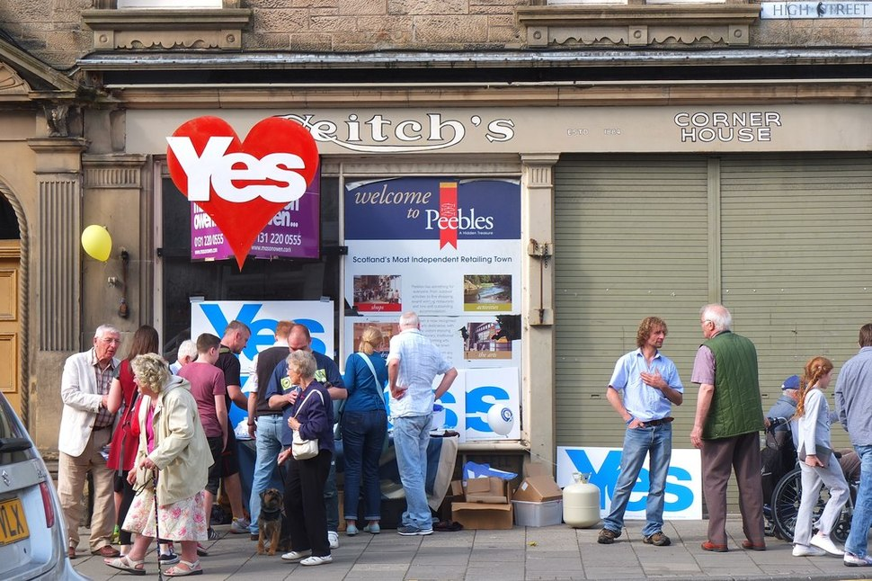 Referendum campaigning, Peebles High Street - geograph.org.uk - 4167289