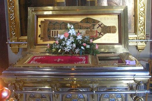 https://upload.wikimedia.org/wikipedia/commons/thumb/c/ce/Relics_of_Saint_Innocent_of_Alaska_aka_Saint_Innocent_of_Moscow.jpeg/525px-Relics_of_Saint_Innocent_of_Alaska_aka_Saint_Innocent_of_Moscow.jpeg