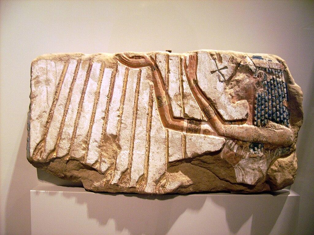 Анкх, как модель перехода из плоскости в объём. - Страница 2 1024px-Relief_of_Nefertiti_in_front_of_Aton_%C3%84gyptisches_Museum_Berlin