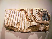 Frammento di un rilievo raffigurante Nefertiti che adora Aton. Ägyptisches Museum und Papyrussammlung, Neues Museum, Berlino.