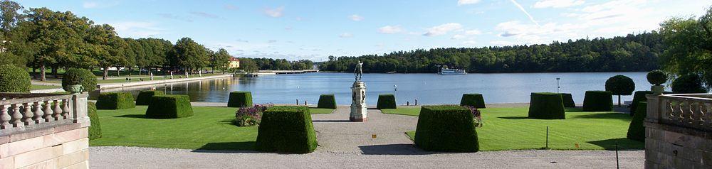 Drottningholms slot, Sjöparterren, vy mod øst med Neptun med trespids i midten og Mälaren i baggrunden, september 2011.