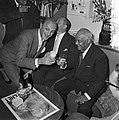 Sydney Bechet tekent grammofoonplaten bij Discotone eigenaar Hank van Leer L. , Bestanddeelnr 908-0491.jpg