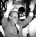 Tancredo Neves com as mãos para o alto.jpg