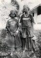 Tole-flickor från Simpoe, klädda i basttygskläder. Framsida. Obs - SMVK - 010724.tif