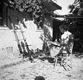 Tov. Šuštarjeva riše statve za izdelovanje predpražnikov, Zgornja Slivnica 1949.jpg