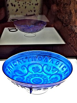 Slika:Transparent blue glass bowl Emona.jpg