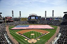 Description de l'image US Navy 100406-N-1232M-001 Sailors assigned to various commands at Naval Station Great Lakes unfurl an American flag before the 2010 home opening Chicago White Sox baseball game.jpg.