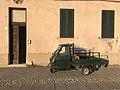 Un Piaggio APE dans une rue d'Alghero.JPG
