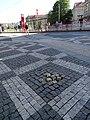 Vítězné náměstí, narušená dlažba chodníku.jpg