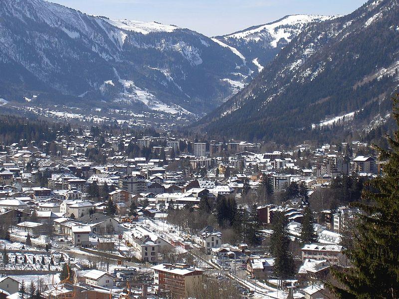 File vue de la ville de chamonix mont for Camping chamonix piscine