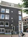 foto van Hoekhuis waarvan de gevel is beëindigd door een klokvormige top met rollagen
