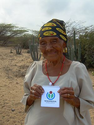Wayuu woman and Wikimedia Venezuela 2.JPG
