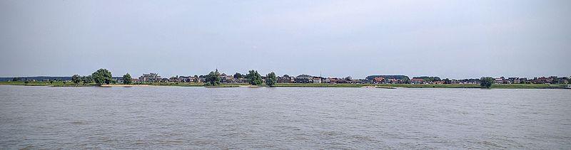 Uitzicht op Werkendam en de Nieuwe Merwede