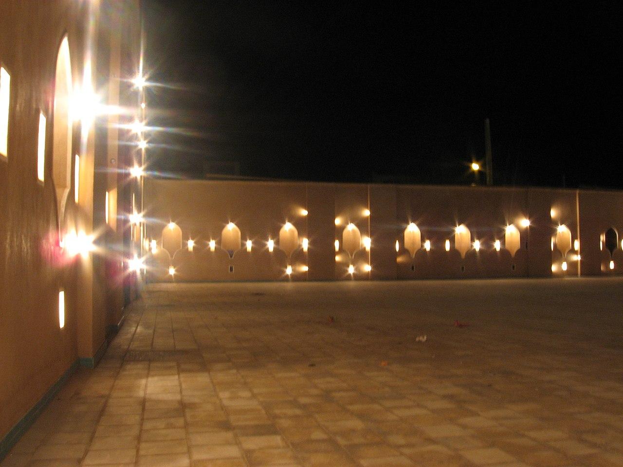 بخش ورودی باغ دولت آباد هنگام شب