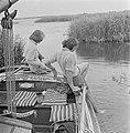 Zeilschip met zeilers afgemeerd in het riet, Bestanddeelnr 191-0684.jpg