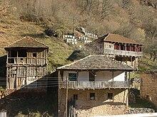 Photographie de maisons traditionnelles dans le village de Jeleznets