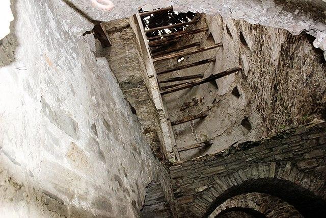 Семиповерхова башта Дірявий дах, Кам'янець-Подільський. Автор фото — Сарапулов, ліцензія CC-BY-SA-4.0