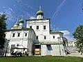 Церковь Максима Блаженного в Китай-городе. За церковью виден шпиль колокольни (построена позднее - в 1829 г - в стиле ампир). Москва.jpg