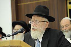 הרב דב ליאור נואם בטקס יום ירושלים בישיבת מרכז הרב