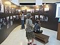 民眾在大陳義胞遷移台灣影像展覽中駐足觀看照片.jpg