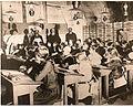 1918. écoliers réfugiés dans les caves Mumm à Reims.jpg