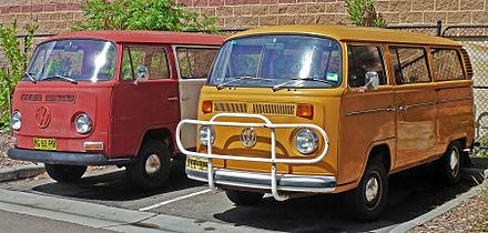 e0dffbc7e0 Pre-facelift (left) and facelifted (right) Volkswagen Kombi (T2)