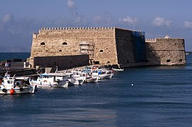 The Venetian fortress o Rocca al Mare (1523–1540) guards the inner harbour o Heraklion.