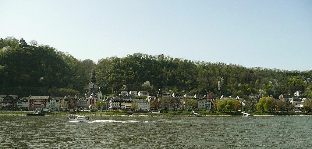 Blick vom östlichen Rheinufer nach Westen auf Sankt Goar im Welterbe Oberes MIttelrheintal