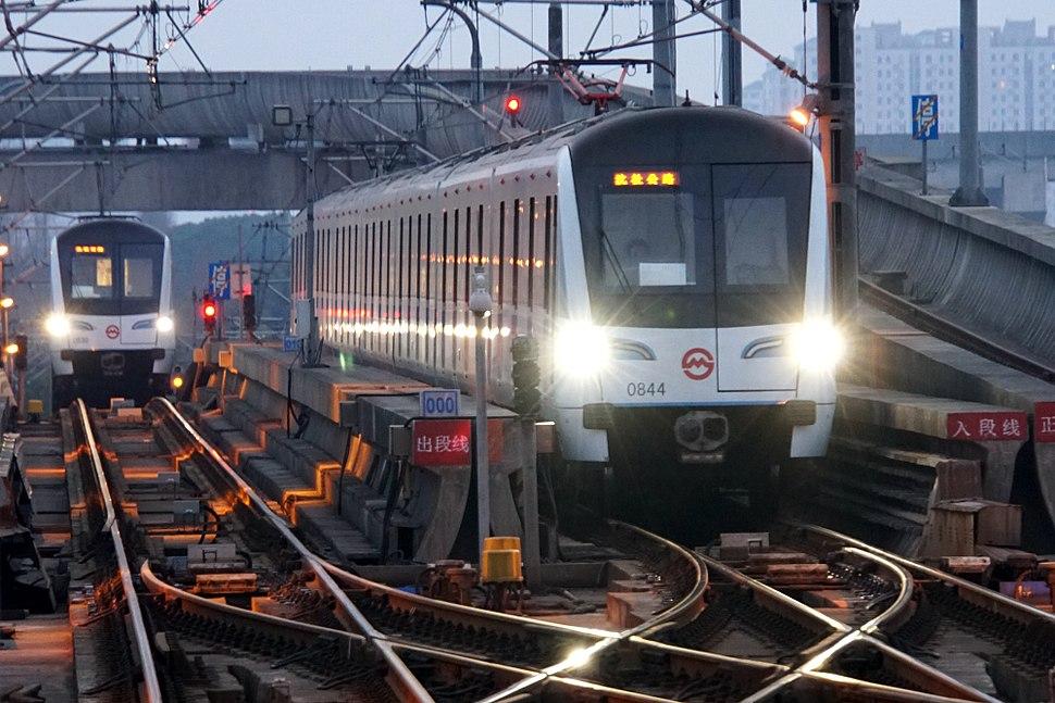 201703118号线列车正在开出沈杜公路折返线