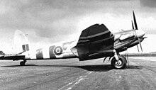 Un Mosquito FB Mk.VI presso la base di Lasham, nel giugno del 1944. Sulla fusoliera e sulle ali, sono dipinte le strisce d'invasione.