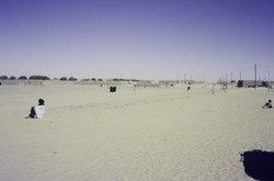ASC Leiden - van Achterberg Collection - 01 - 05 - La rue principale d'In Guezzam, le dernier endroit avant la frontière avec le Niger - Guezzam, dans la province de Tamanrasset (wilaya), en Algérie, février 1985.tif