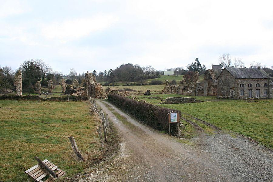Prise de vue de la route, l'église à gauche, le cloitre au centre. Vue des ruines de l'abbaye de savigny le vieux, manche, france