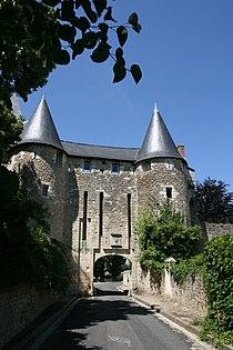 Abbaye porte vue sud Villeloin-Coulangé.jpg