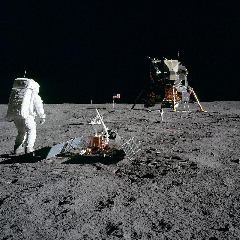 ภาพนี้ประกอบไปด้วย บัซซ์ อัลดริน, เครื่องมือวิทยาศาสตร์ไว้ใช้ตรวจวัดแผ่นดินไหวบนดวงจันทร์ ชื่อเครื่องมือ the Passive Seismic Experiment Package, ยานลงจอดดวงจันทร์ หรือยานอีเกิล และธงชาติสหรัฐอเมริกา ภาพจาก NASA