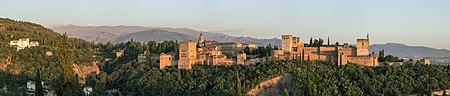 صورة بانورامية لقصر الحمراء عند الغروب، وتمتد في خلفيتها سلسلة جبال الثلج. الصورة مأخوذة من مطلِّ القدّيس نقولا (ميرادور دي سان نيكولاس). وتظهر في الصورة من الشمال لليمين: جنة العريف، قمة جبل فيليتا، قصور بني نصر، قصر كارلوس الخامس، القصبة.