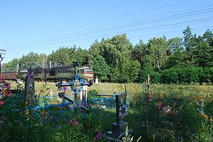 Antonówka – linia kolejowa współcześnie. Na pierwszym planie cmentarz greckokatolicki i pozostałości polskiego cmentarza.