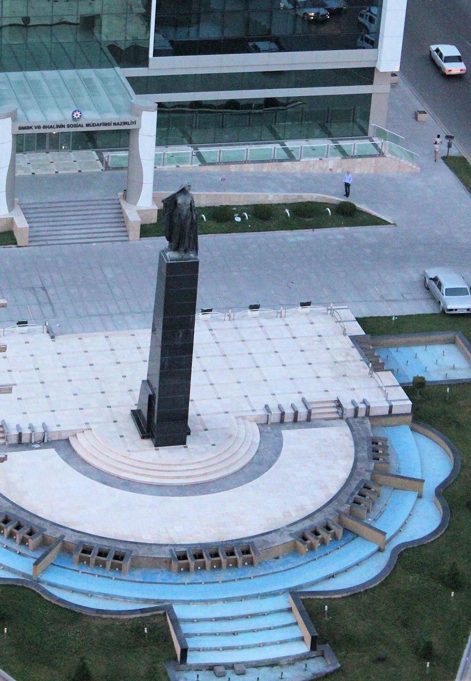 Azad Qadın heykəli - panoramio