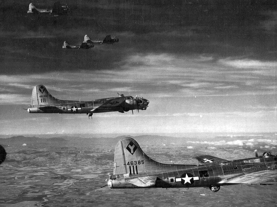 B-17 Flying Fortress bombázógépek a szobi vasúti híd bombázása után. Fortepan 15900