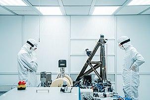 Deux scientifiques effectuant une opération de maintenance sur le laser sensible aux ondes gravitationnelles du LIGO d'Hanford. (définition réelle 6000×4000)