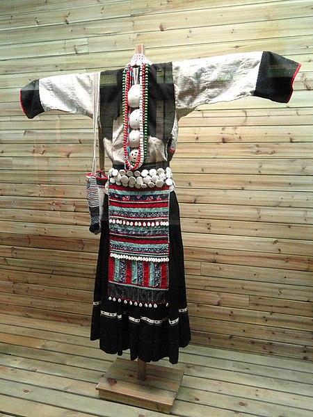 File:Bai woman hemp, shell-ornamented clothes - Yunnan Nationalities Museum - DSC04339.JPG