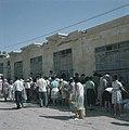 Bersjeba Markttafreel kooplustig publiek verdringt zich rond textielhandelaren, Bestanddeelnr 255-9240.jpg