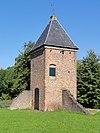 foto van Torentje van de Blanckenburgh. Vierkant bakstenen torentje, met muizetandlijst en rieten tentdak, waarop smeedijzeren windwijzer, overblijfsel van het kasteel