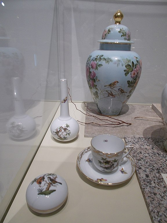 Filebonbonniere Teacup With Saucer And Vases Fragile Nature